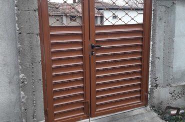Дворни врати с орнаменти от производител